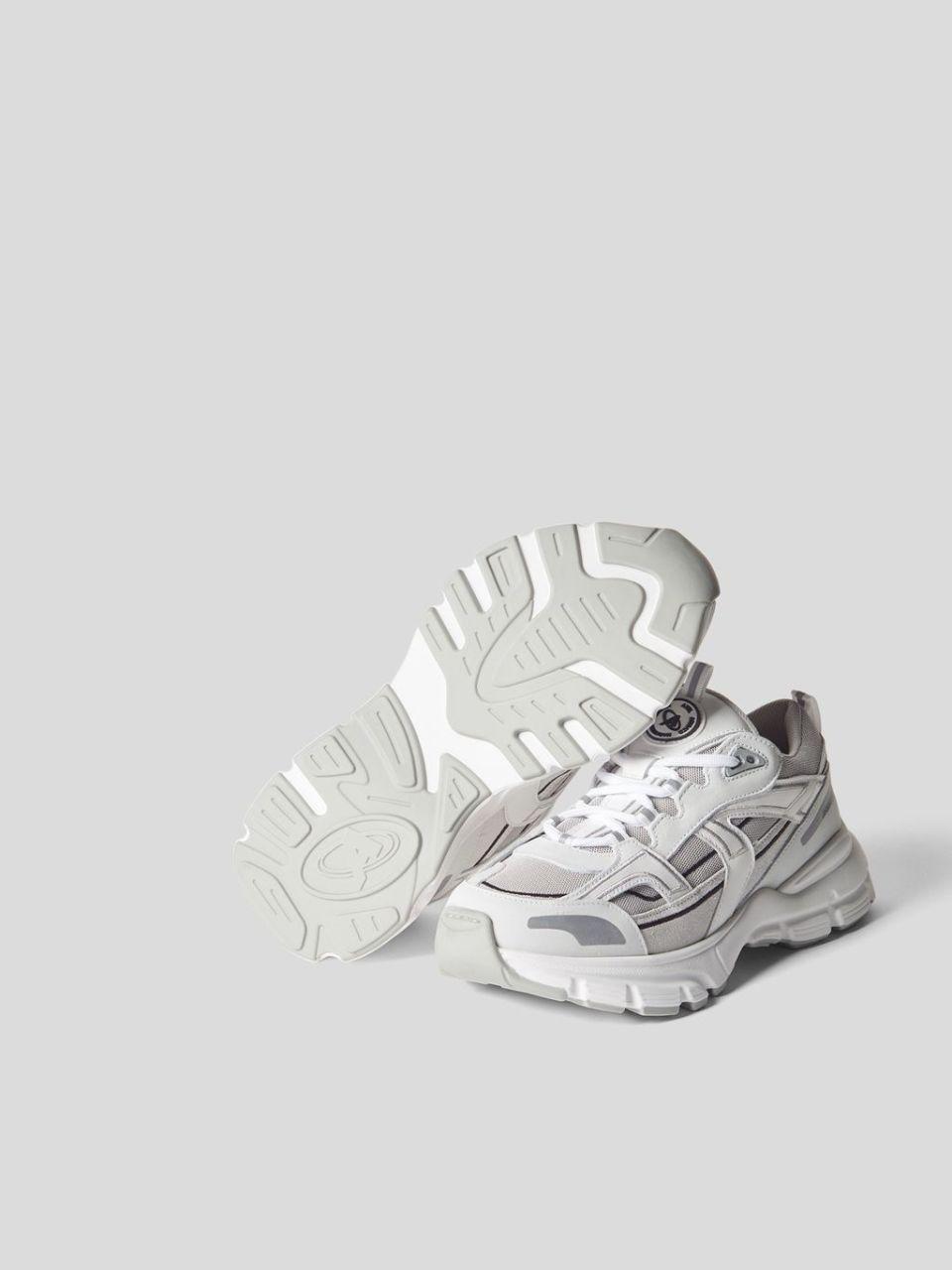 Sneaker mit Brand-Details