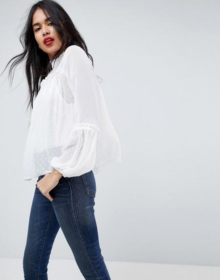 ASOS - Gesmokte, hochgeschlossene Bluse mit gepunktetem Design - Cremeweiß
