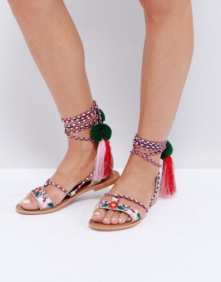Glamorous - Flache Sandalen zum Schnüren mit mehreren Bommeln und Quasten - Mehrfarbig