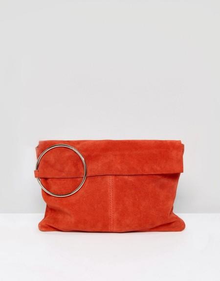 ASOS - Handtasche aus Wildleder mit ringförmigem Henkel - Rot