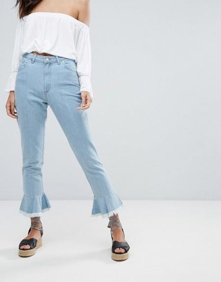 PrettyLittleThing - Gerade geschnittene Jeans mit Rüschensaum - Blau