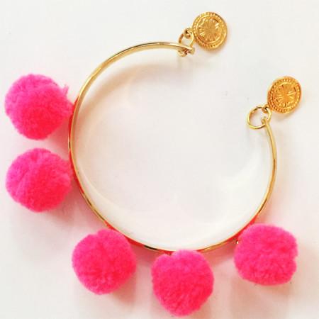 Knocknok: Vergoldetes Armband mit neonpinken Pom Pom Anhängern