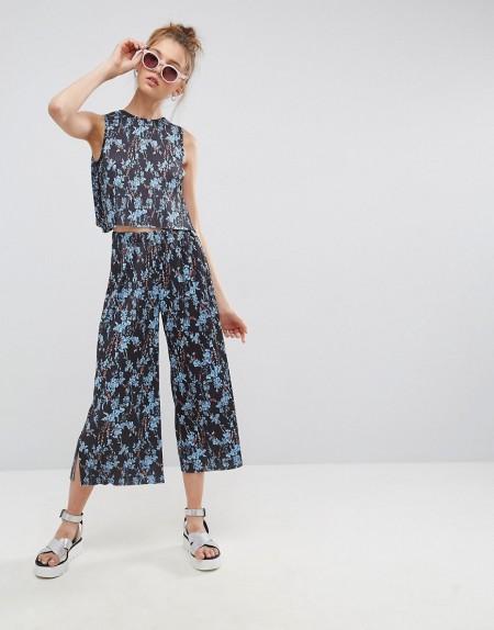 ASOS - Kurz geschnittene Hose mit Plisseefalten und Blumenprint - Mehrfarbig