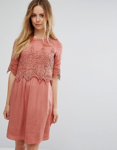 VILA: Vila - Kleid mit Spitzen-Overlay - Rosa