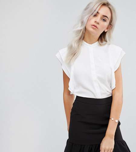 ASOS Petite: ASOS PETITE - Bluse mit gerüschter Schulterpartie - Weiß