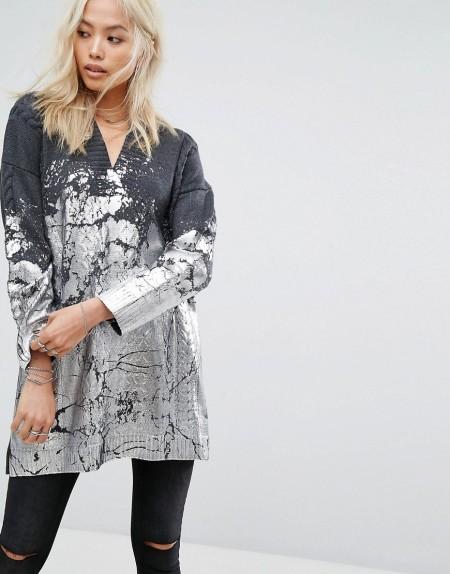 Religion - Oversized-Pullover mit Zopfmuster und mit Farbklecksdruck in Metallic - Grau