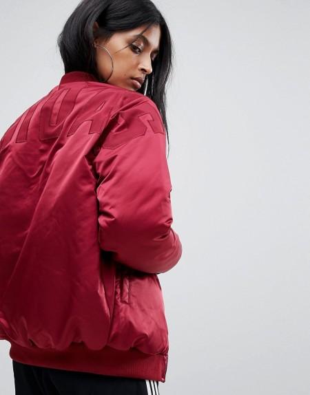 adidas - Burgunderrote Bomberjacke mit Markenlogo auf dem Rücken - Rot