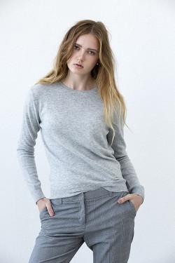 Klassisk tröja i 100% kashmir. Ljusgrå